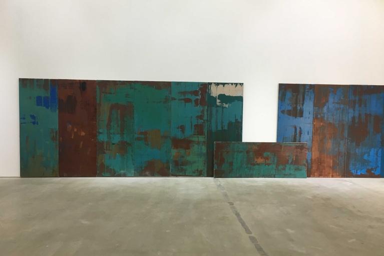 辛雲鵬,兩條路兩座山,2017. 布面油畫,200 x 76 cm, 尺寸可變.