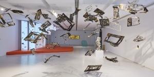 Andrew Luk dans l'exposition d'art contemporain