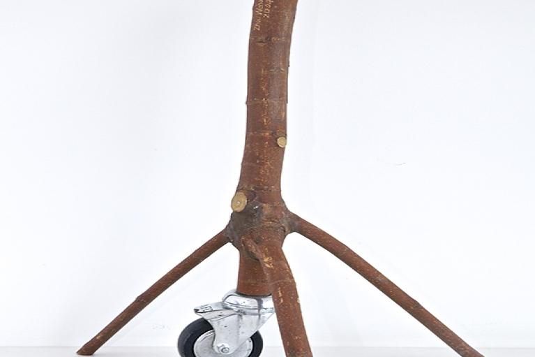 周文斗,移动到树枝 No.2,2004,树枝,轮子,48 x 25 x 27 厘米