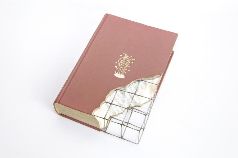 周文斗,书的修复 - 十日谈,2003,书,不锈钢丝,25 x 15 x 3 厘米