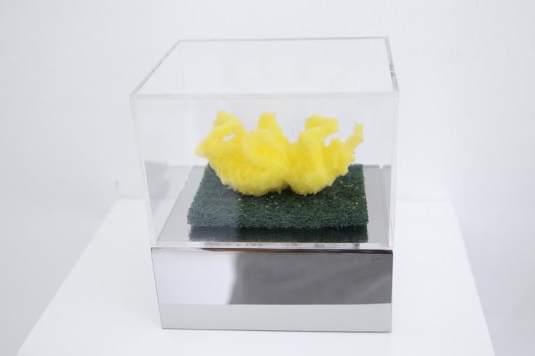 周文鬥, 海綿 - 掙扎, 2006, 海綿, 9 x 6 x 4.5厘米