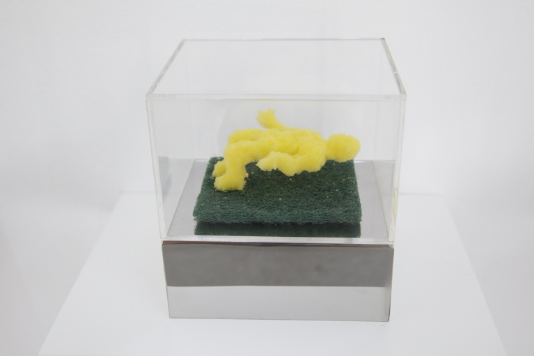 周文鬥, 海綿 - 平衡, 2006, 海綿, 9 x 6 x 4.5厘米