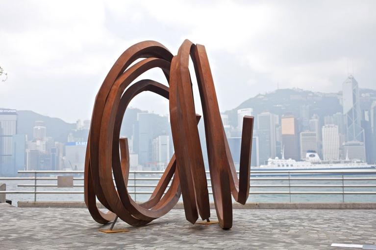 伯納爾·威尼斯, 兩條不定的線, 2010, 卷鋼, 260 x 250 x 380 厘米