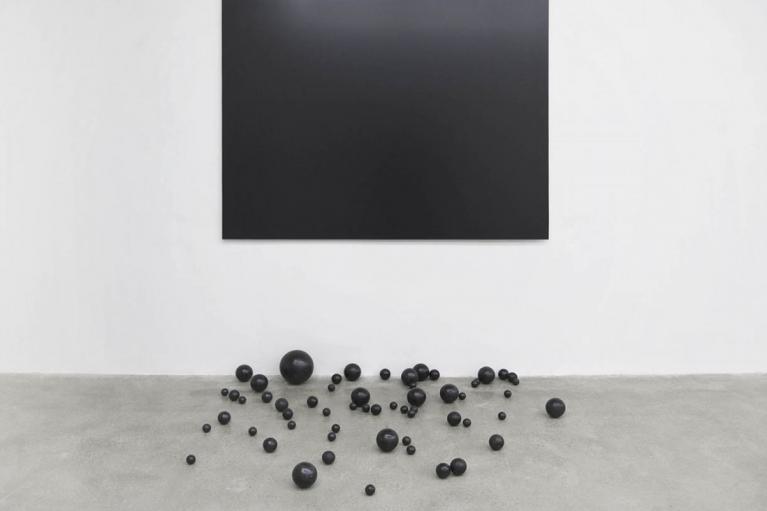 周文斗, 陨落的边界, 2015, 铝板, 铝塑板, 海绵球, 沥青, 190 x 140 厘米
