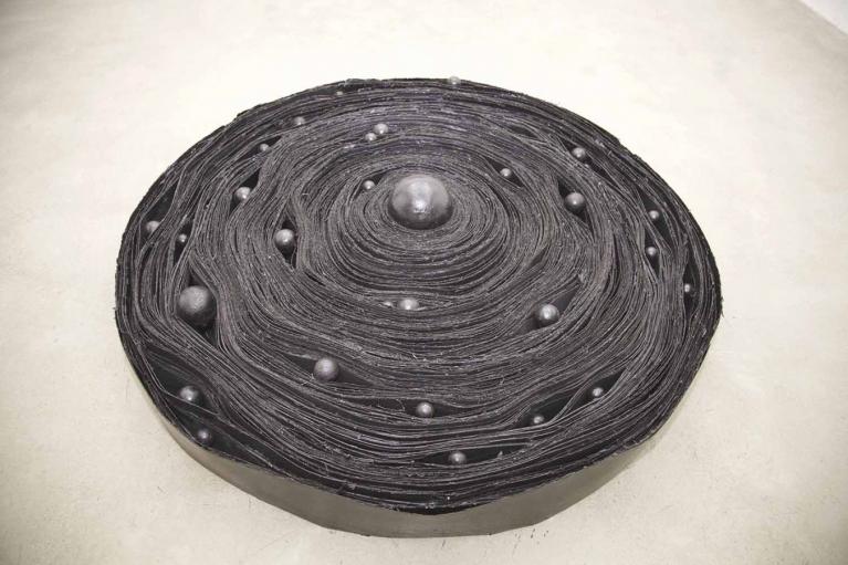 """周文斗, """"X"""" 星系, 2015, 油毡, 沥青, 球, 250 x 250 x 30厘米"""