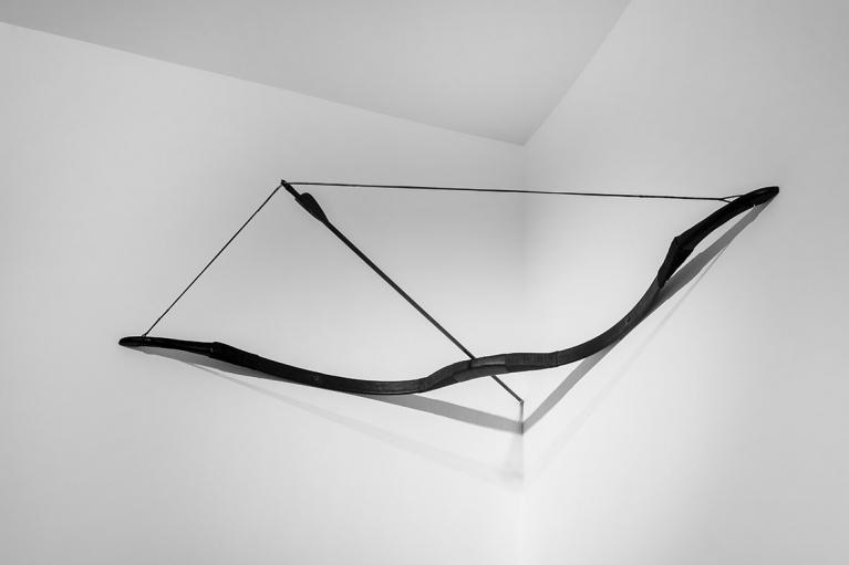 周文斗,弓箭,2016, 玻璃鋼、碳纖維、 木,120 x 86 厘米