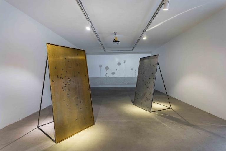 周文斗, 貴金屬, 2017. 黃銅、硬幣, 93.5 x 195 x 102 厘米,3部分(展覽現場圖)