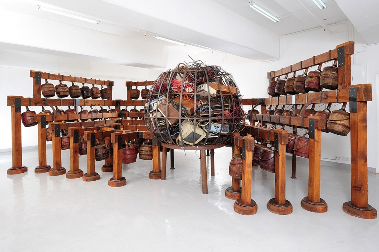 Chen Zhen, Daily Incantations, 1996, Wood, metal, Chinese chamber pots, electric wires, residues of electrical and electronic objects, sound system, 230 x 700 x 250 cm