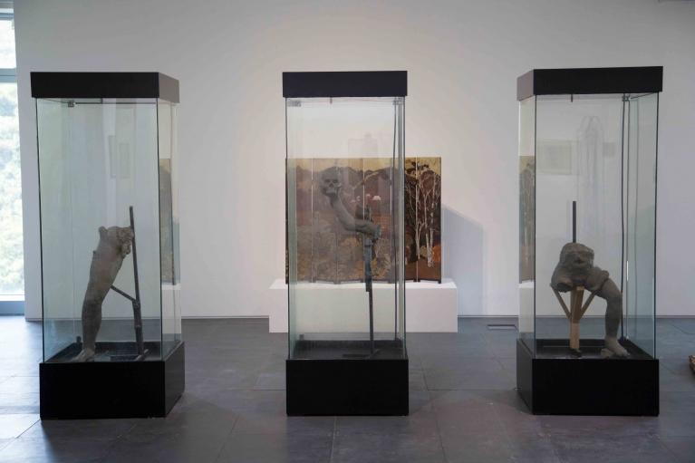 R. Streitmatter-Tran, Vital Matter, 2017, Unfired clay, vitrine, irrigation system, 208 x 75 x 75 cm in 3 parts (Installation view)