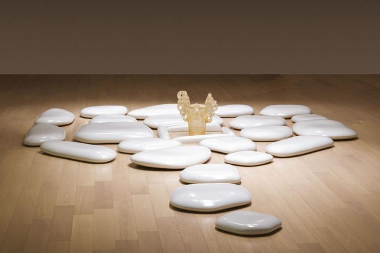 森万里子, 平底石, 2006, 陶瓷石和压克力花瓶, 487.7 x 315 x 8.9 厘米