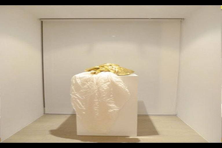 James Lee Byars, Virtue, 1978, Sewn Silk circle with gold lane bundling, 419.1 x 419.1 cm