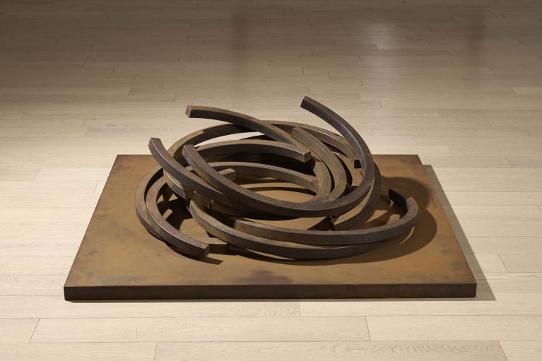 Bernar Venet, Efforndrement: Arc x 12, 2011, 轧制钢, 27 x 80 x 87 厘米