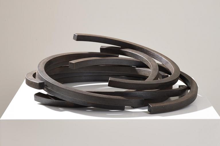 Bernar Venet, 217.5 ARC x 9, 2008, 轧制钢, 17 x 50 x 49 厘米