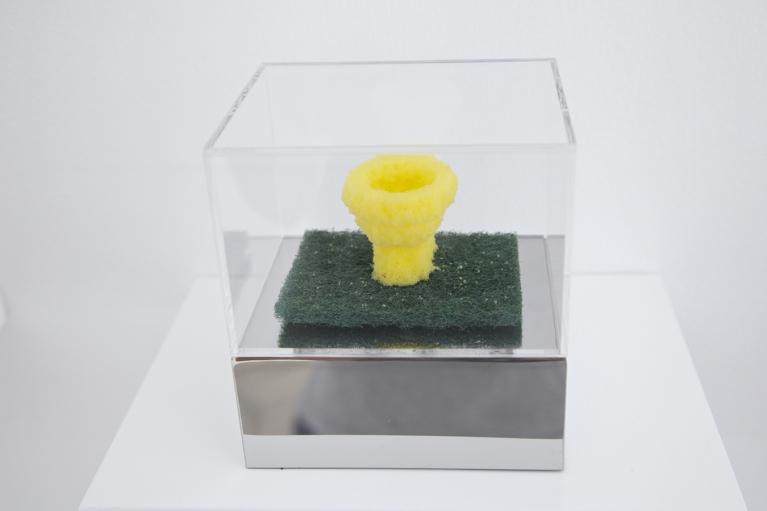 周文斗,Sponge Pop - Toilet,2006,海綿於亞加力盒內,9 x 6 x 4.5 厘米