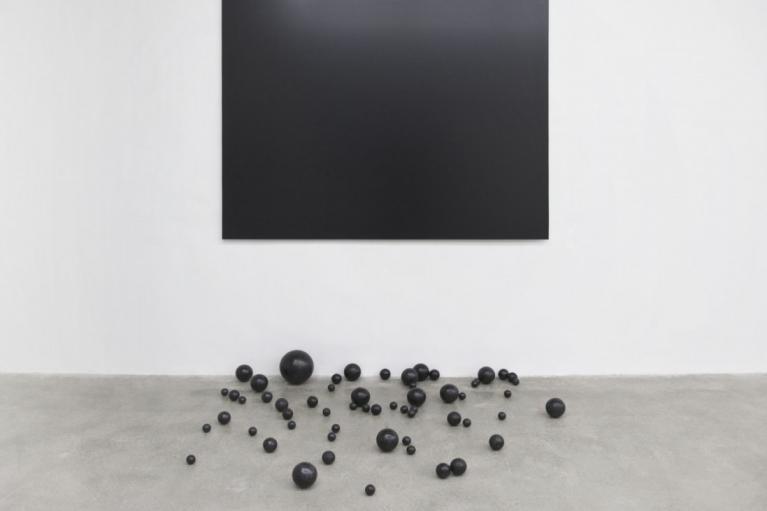 周文斗,Fallen Borders,2015,铝塑板,泡沫球,焦油涂料,140 x 190 厘米