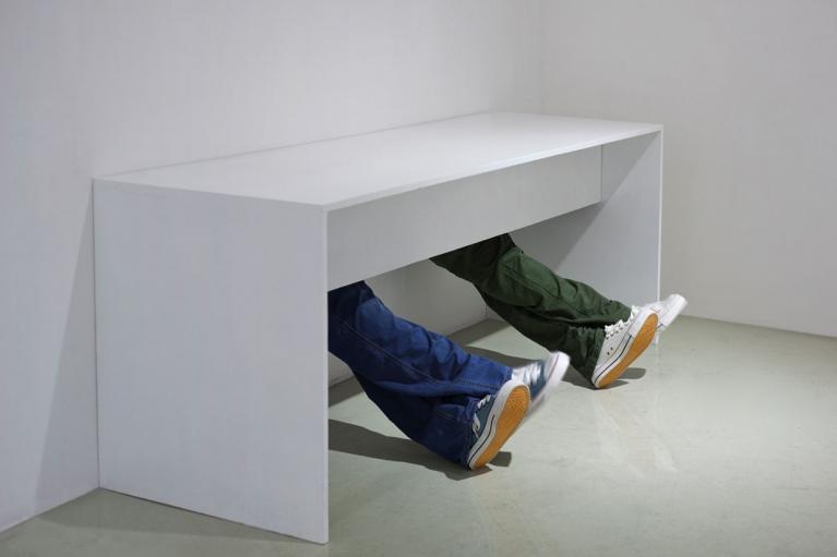周文斗, 全民運動系列2, 2013, 書桌, 機械, 樹脂模型, 布料, 90 x 185 x 72厘米