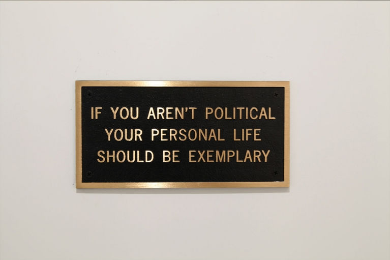 珍妮·霍尔泽, If You Aren't Political Life Should be Exemplary, 1998, 青铜匾, 12.7 x 25.4 厘米