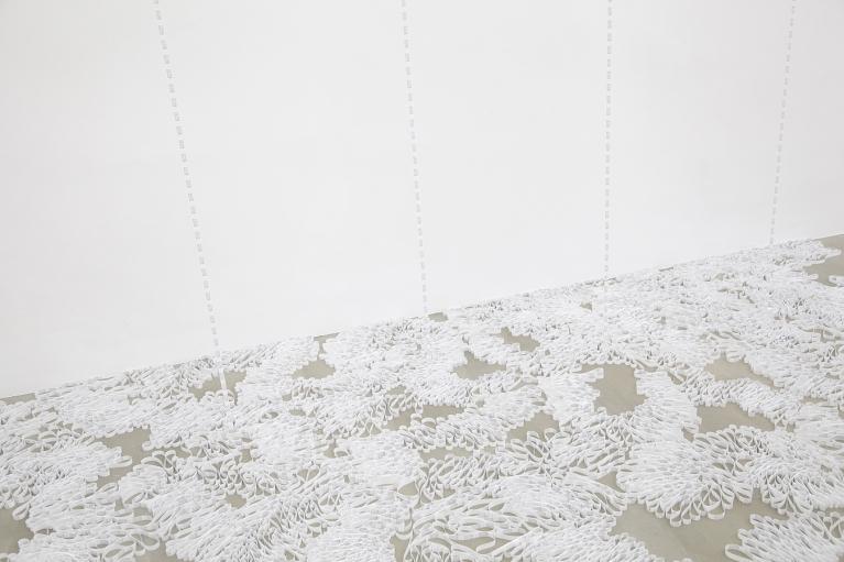 林菁菁, 百分之百, 2015, 装置, 布, 丝带, 580 x 350 x 190厘米