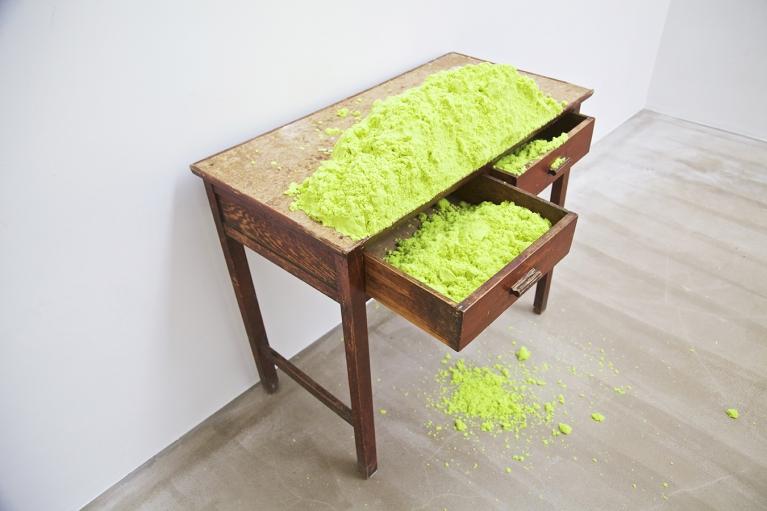 林菁菁, 除了一切什么都没有, 2015, 装置, 桌子,造型砂,植物油,粘土, 80 x 49 x 95 厘米