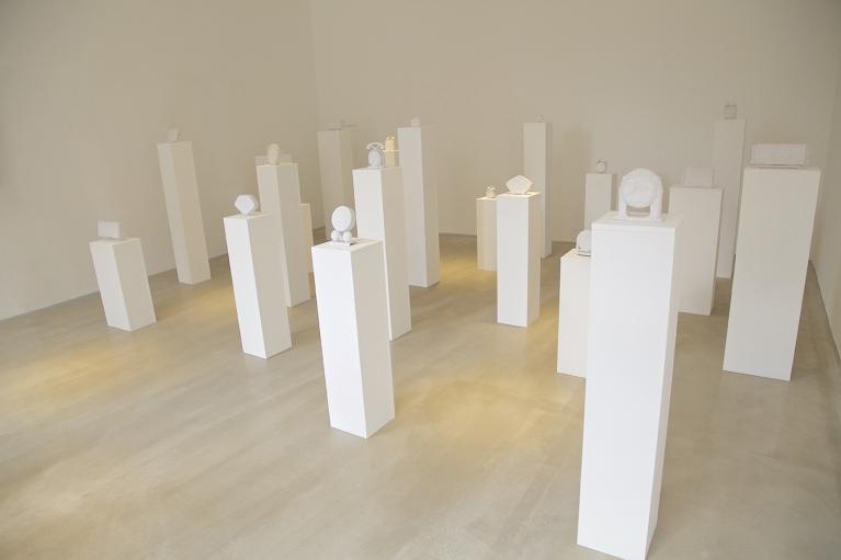 林菁菁, 沉默, 2015, 装置, 闹钟, 时钟, 医疗胶带, 130 x 520 x 390厘米