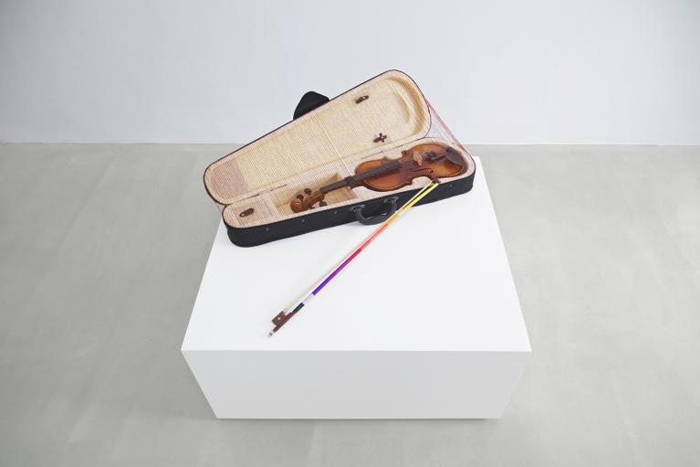林菁菁, 一切都会好好的, 2015, 装置, 小提琴, 小提琴盒, 弓, 线, 24 x 78 x 46 厘米