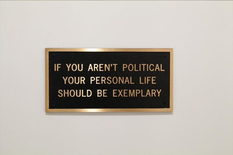 珍妮·霍尔策, 如果你不政治化, 你的个人生活应该是典范, 1998, 青铜匾, 12.7 x 25.4 厘米