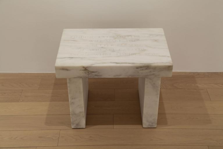 珍妮·霍尔策, 生存中的选择: 发现极乐…., 1983-85, 丹比皇家白色大理石, 43.18 x 58.42 x 40.01 厘米